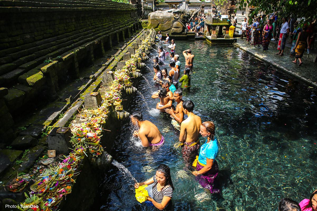 Kiến trúc cổng trời đối xứng là một đặc trưng ở hầu khắp các công trình đền ở Bali, và Titar Empul temple cũng không ngoại lệ. Sau cánh cổng này chính là bể nước lớn nơi tiến hành nghi thức tắm mình dưới các vòi nước suối tự nhiên cùng mong ước gột rửa, thanh tẩy bản thân, cầu sức khoẻ và bình an.