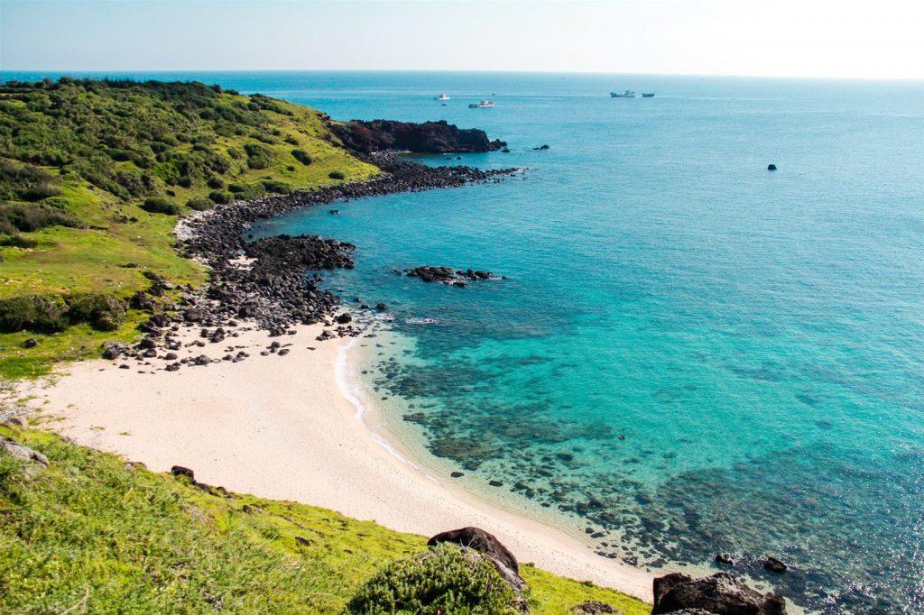Bãi cát dài, biển trong xanh
