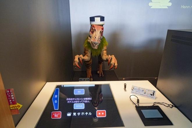 """Huis Ten Bosch có tổng cộng bốn khách sạn để du khách có thể nghỉ lại. Trong đó, Henn Na là khách sạn """"kỳ lạ"""" nhất thế giới khi đây là nơi đầu tiên trên thế giới khách đến check-in hoàn toàn với robot chứ không có bóng người nào."""