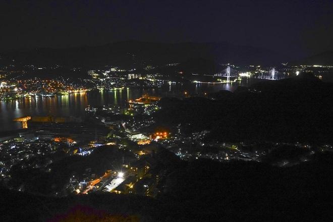 Thành phố Nagasaki cũng là điểm đến nổi tiếng với khung cảnh bình minh, chiều tà hay đêm về của hải cảng Nagasaki. Điểm đặc biệt để ngắm toàn cảnh Nagasaki chính là đài vọng cảnh trên núi Inasa. Du khách có thể đi xe bus hoặc cáp treo để lên điểm ngắm thành phố đẹp nhất này.