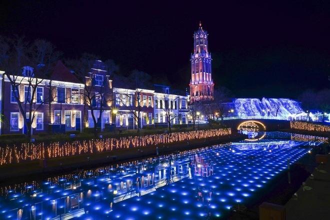 Công viên chủ đề Huis Ten Bosch về đêm được thắp sáng với nhạc rộn ràng đem đến không khí lễ hội quanh năm cho du khách.