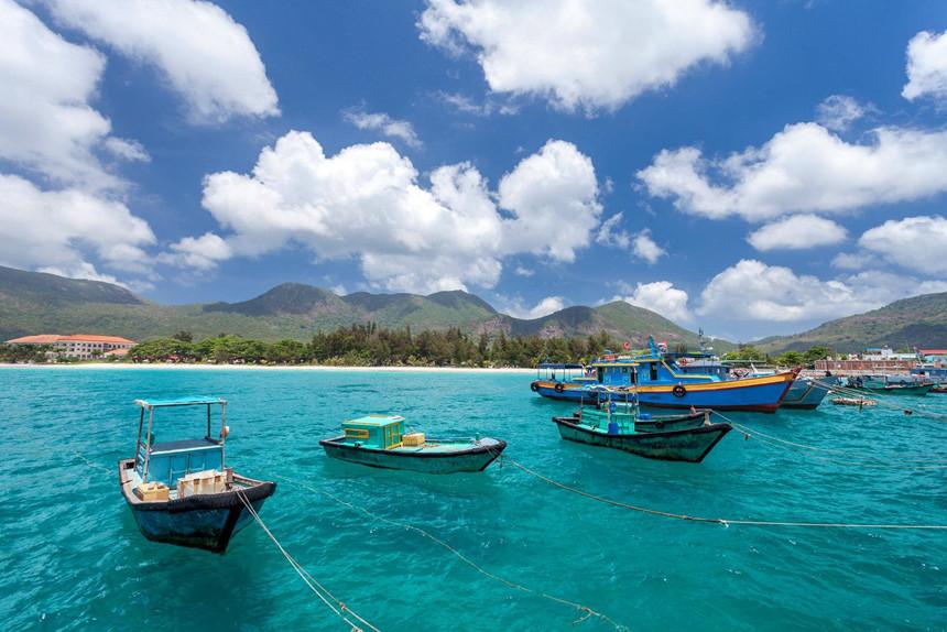 """Vùng đất linh thiêng Côn Đảo mỗi năm thu hút nhiều du khách trong và ngoài nước đến khám phá có nhiều cảnh quan đẹp """"say lòng người"""" với vị trí đắc địa. Ngoài mục đích du lịch tâm linh, khách nước ngoài đến đây còn yêu thích vẻ đẹp quần đảo ngoài khơi bởi thiên nhiên nguyên sơ, hùng vĩ. Ảnh: Lonely Planet."""