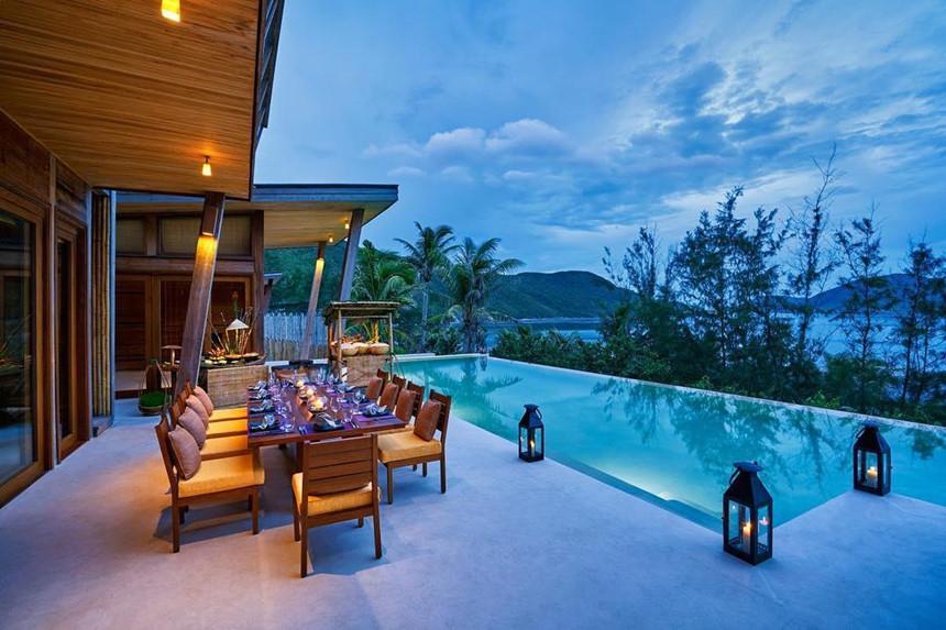 Six Senses Côn Đảo là khách sạn, khu nghỉ dưỡng hạng sang đầu tiên tại quần đảo này. Khu nghỉ dưỡng tiêu chuẩn 5 sao sở hữu 50 biệt thự bằng gỗ nằm trải dài dọc bờ biển, đem đến tầm nhìn tuyệt vời cho khách lưu trú. Ảnh: Sixsensescondao.