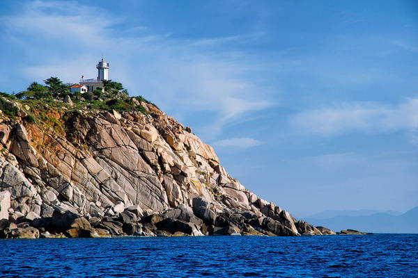 Ngọn hải đăng Hòn Chút nhìn từ xa. Ảnh: dzswba.com
