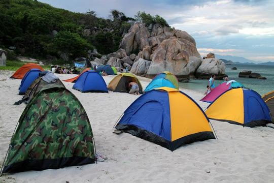 các bạn trẻ cắm trại trên bãi KInh