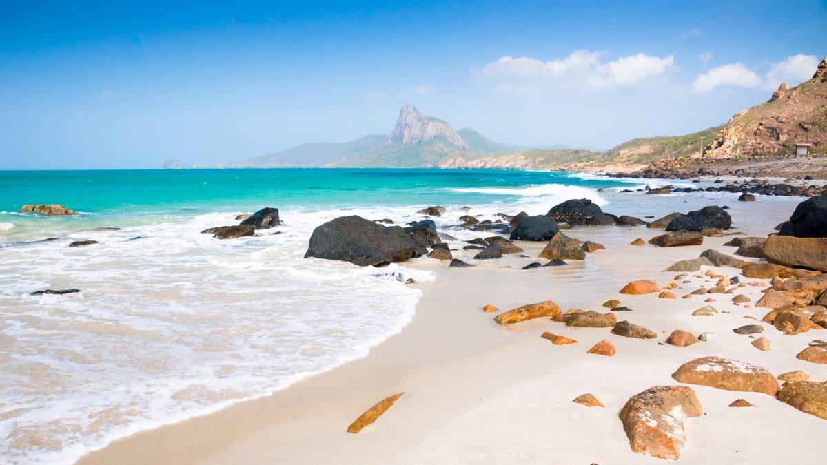Bãi Nhát là một trong những bãi biển hoang sơ dài và đẹp nhất trên đảo chính. Điểm đẹp nhất ở đây chính là bãi cát trắng mịn hiện ra mỗi khi nước triều xuống thấp.