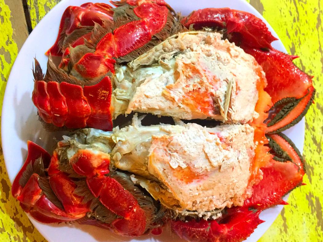Người ta thường chế biến cua huỳnh đế rất đơn giản, chỉ hấp chín rồi ăn với nước chấm là muối ớt xanh, muối tiêu chanh,...