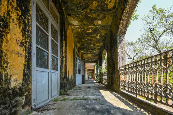 Tầng hai của tòa nhà với hành lang chạy vòng quanh bốn mặt. Phủ Nội Vụ gắn liền với bí ẩn kho báu của vua Minh Mạng.
