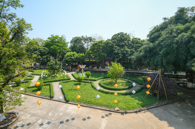 Khoảng sân trước Phủ Nội Vụ nhìn từ lan can tầng hai, bên trái là hướng ra cổng Hiển Nhơn nằm ở phía đông của kinh thành Huế.