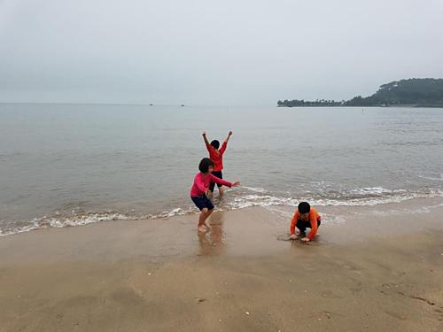 Các em nhỏ thích thú khi được ra biển chơi. Ảnh: NVCC.