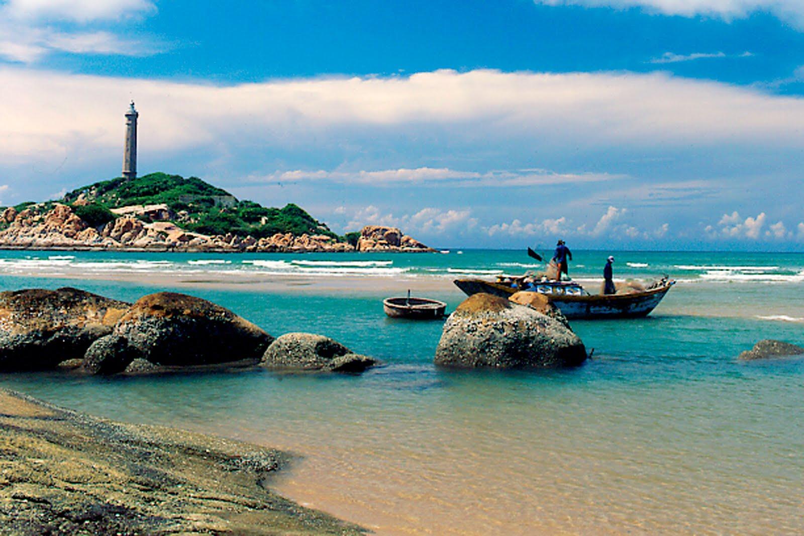 Hải đăng Nam Du nằm trên đỉnh Hòn Lớn (Củ Tron) thuộc xã An Sơn. Đây được xem là ngọn hải đăng cao nhất Việt Nam nhờ nằm ở định đồi cao hơn 300 mét so với mực nước biển.