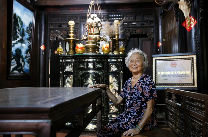 Bà Trần Ngọc Sương (82 tuổi) là người trông nom, giữ gìn ngôi nhà này. Bà là cháu đời thứ 4 của Đốc phủ sứ Nguyễn Tâm Kiên (1854 - 1914) - người đã xây dựng nơi này.