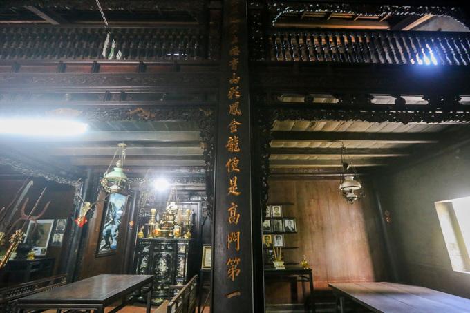Căn nhà rộng khoảng 240 m2 đúng theo kiểu nhà chữ Đinh xưa. Ở giữa phòng khách là bàn thờ quan Đốc phủ sứ. Nền nhà được lát bằng gạch tàu hình lục giác, mái lợp ngói âm dương.