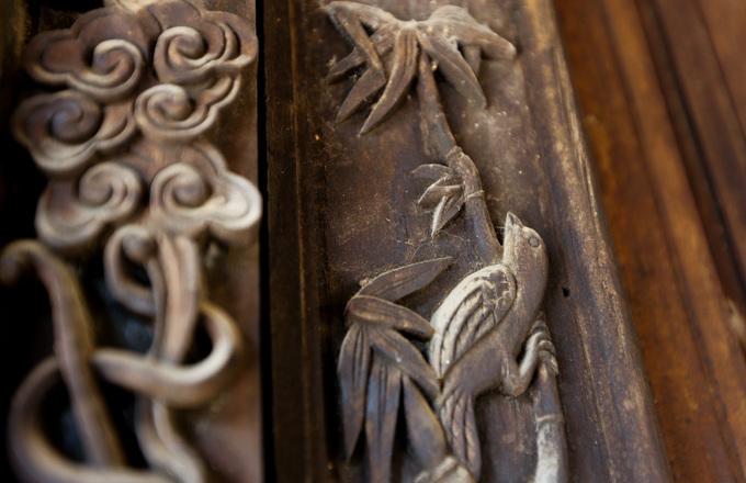 Các hoa văn chim chóc, rồng phượng, lá cành trên cánh cửa, cột nhà, lan can... được chạm trổ công phu và còn nguyên bản.