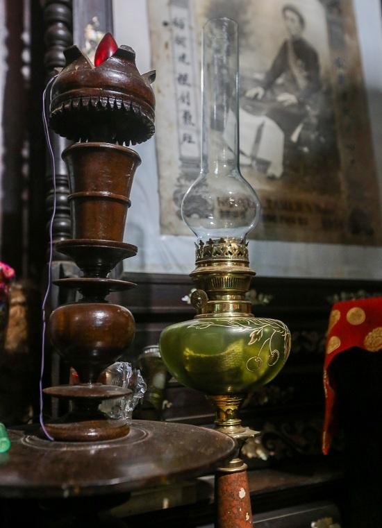 Chiếc đèn cổ tuổi đời cả trăm năm ở bàn thờ ông Đốc phủ sứ.