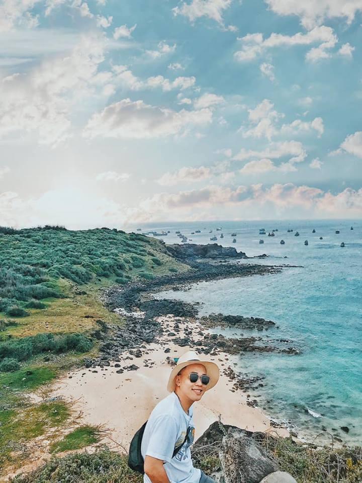 Mình cập bến tàu lúc trưa, sau khi ăn trưa cùng gia đình anh Giỏi, nghỉ ngơi mình chọn khu vực vịnh Triều Dương, Bãi Nhỏ, Cột Cờ làm điểm tham quan đầu tiên. Đặt chân đến đây, thật sự mình bị choáng ngợp trước một bãi biển xanh, trong veo, bên trên là vách đá cao cheo leo. Đứng ở đây bạn có thể phóng tấm mắt nhìn cả một vùng, những chiếc thuyền đánh cá đang nhấp nhô phía xa.