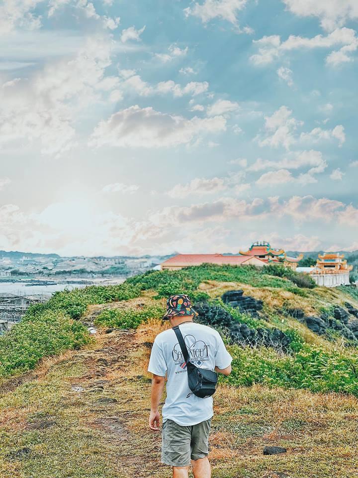 Mộ Thầy được xây dựng lên để tỏ tấm lòng biết ơn của những người dân trên đảo đối với thần linh đã giúp đỡ, phù hộ. Hàng năm, ở đây luôn có những lễ hội dâng hương, lễ vật. Đến đây bạn có thể thắp hương, cầu bình an hay dạo quanh một mõm đất phía sau di tích.