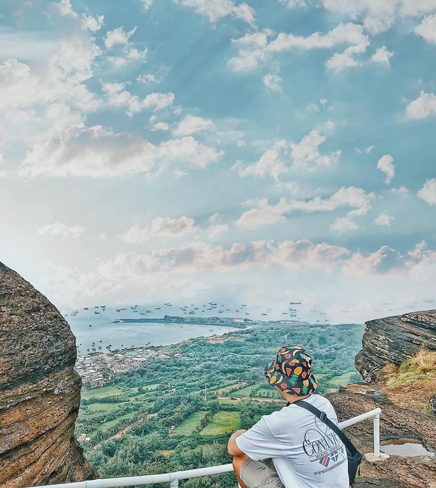 """Chùa Linh Sơn tọa lạc trên đỉnh núi Cao Cát, đây được xem là """"nóc nhà của Phú Quý"""". Ngôi chùa nổi tiếng linh thiêng khắp đảo với tượng Phật Bà uy nghi. Ngoài chùa Linh Sơn, bạn còn được trải nghiệm cảm giác nhìn cả hòn đảo xinh đẹp đang ẩn mình dưới những tán cây xanh ngát nữa đấy."""