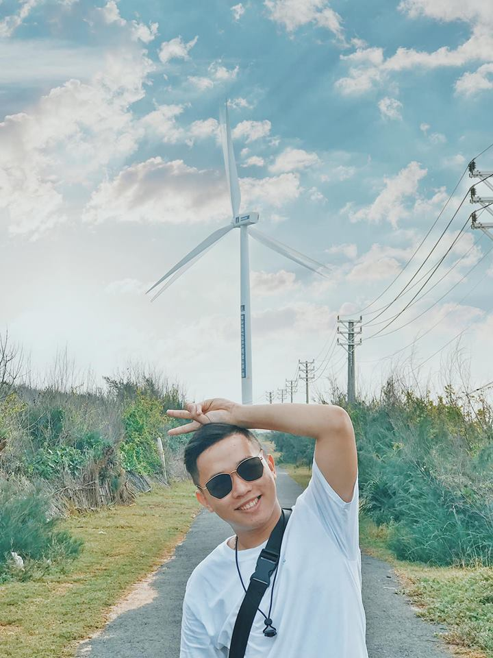 Con đường lên quạt gió cũng lãng mạn không kém, hai bên là hàng dương xanh rì rào, nhìn cứ như đang lạc ở Hàn Quốc vậy đó.