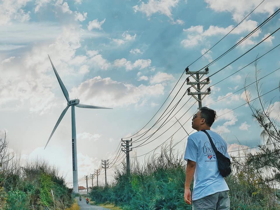 Nhìn những cánh quạt gió khổng lồ đơn giản vậy thôi nhưng lên hình lại đẹp không thua kém gì cánh đồng quạt gió ở Bạc Liêu đâu nhé. Cả đảo có tất cả 3 cây quạt gió khổng lồ. Quạt gió to lắm, đứng từ xa cũng thấy thấp thoáng rồi.