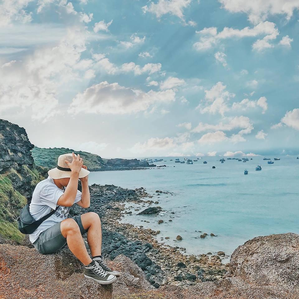 Trên đường đến bãi Nhỏ, đừng bỏ qua một vách núi ở lừng chừng dốc nhé. Những mõm đá nhấp nhô, được bao phủ bởi thảm cỏ xanh ngát, phía dưới là một vùng biển trong xanh, trời nắng nhẹ, nhìn thi vị vô cùng. Đứng đây mà cảm giác như mình đang lạc giữa một vùng cao nguyên xa xôi nào vậy.