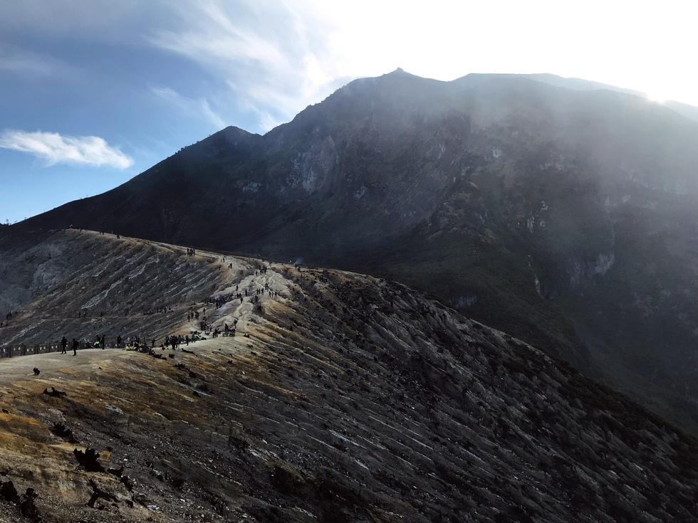 Đường đi lên hồ Sulfur dài và khó đi - Ảnh: NGÔ HOÀNG ANH