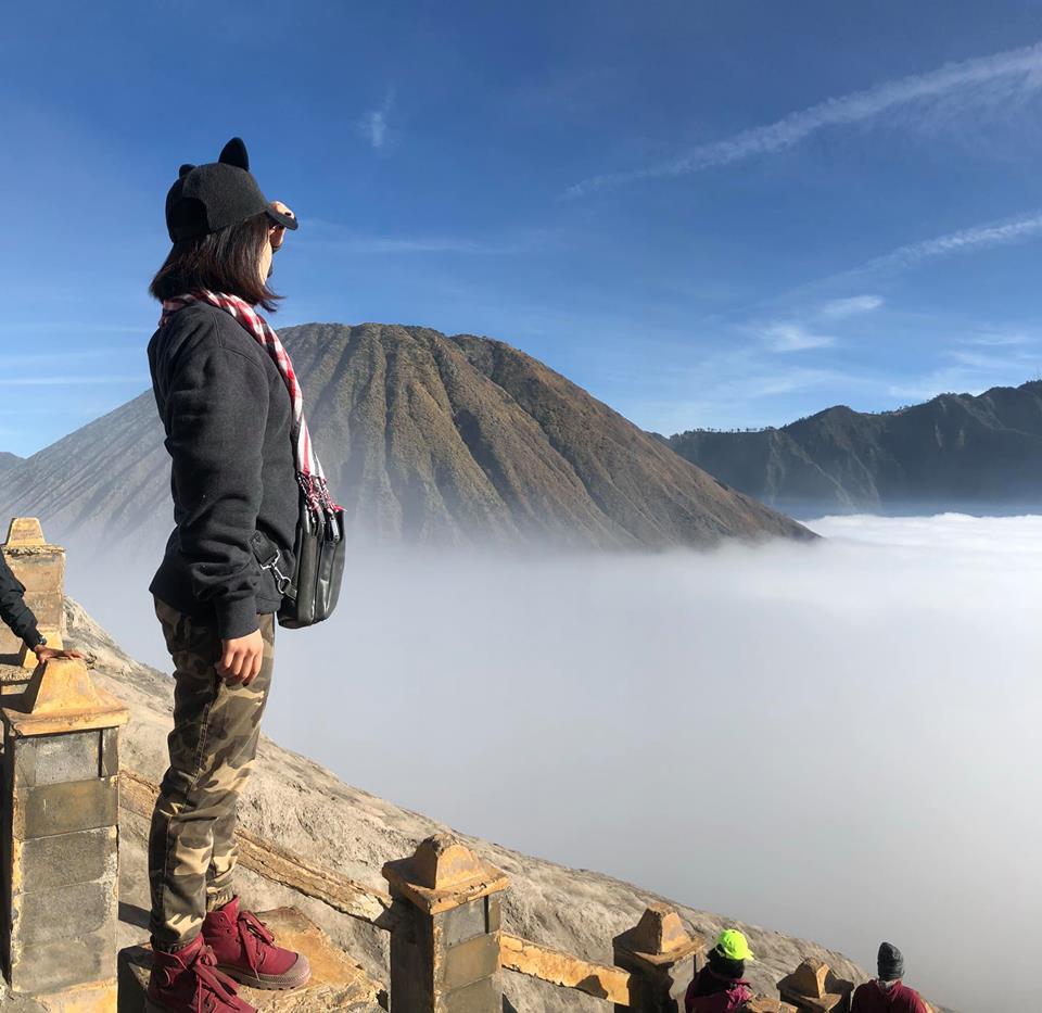 Cái núi lửa xa xa ảnh trên nay leo lên gần nhé leo nữa lên là ngồi cạnh miệng núi lửa luôn