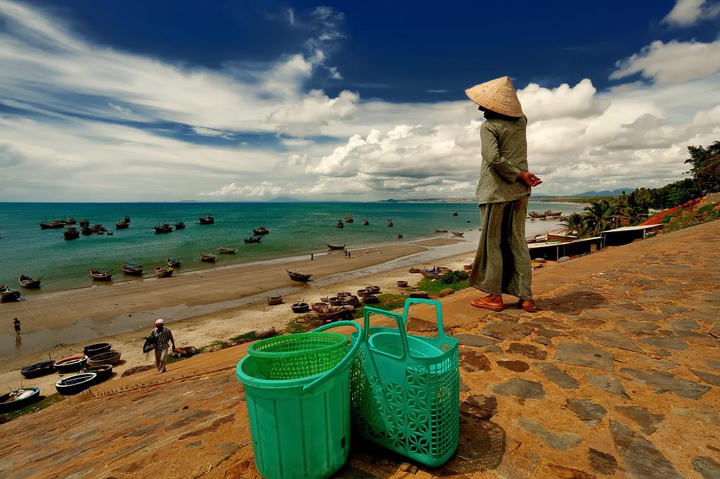 Khung cảnh cuộc sống bình dị của những người ngư dân trên bãi Rạng.