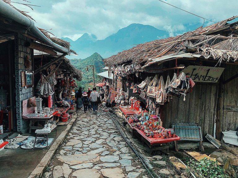 Con đường lát đá vào bản được bày bán rất nhiều những mặt hàng thủ công truyền thống của người dân nơi đây.