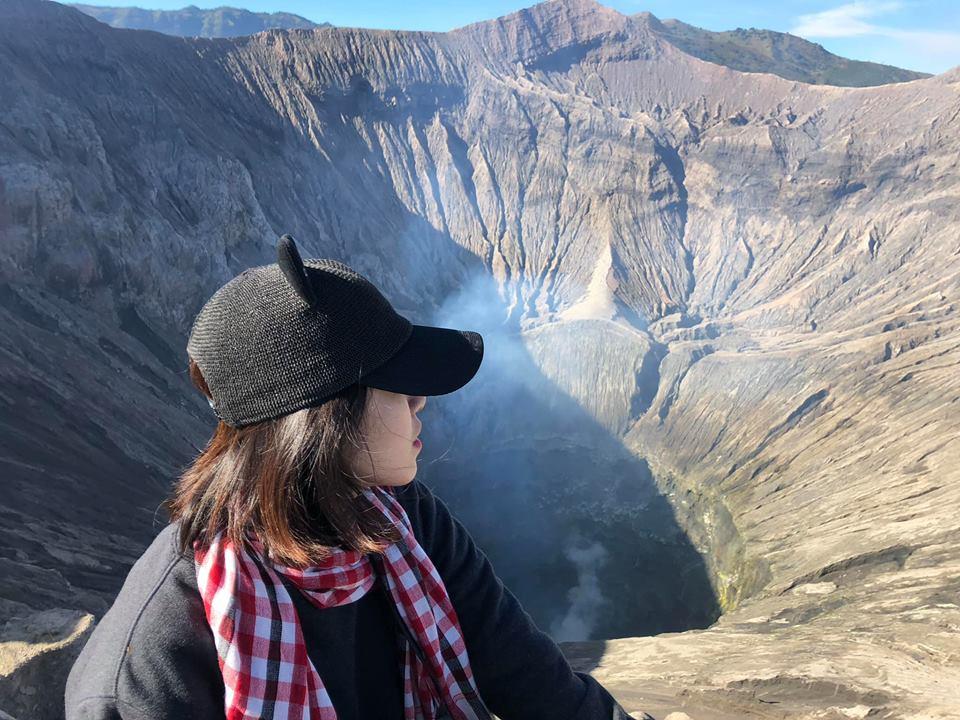 Miệng núi lửa ngồi bên cạnh vẫn thấy sèo sèo tiếng dung nham thì phải