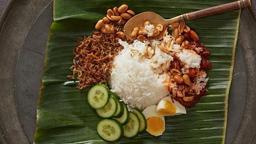 Nasi Lemak, món cơm cốt dừa truyền thống của Malaysia. Ảnh: Food Republic.