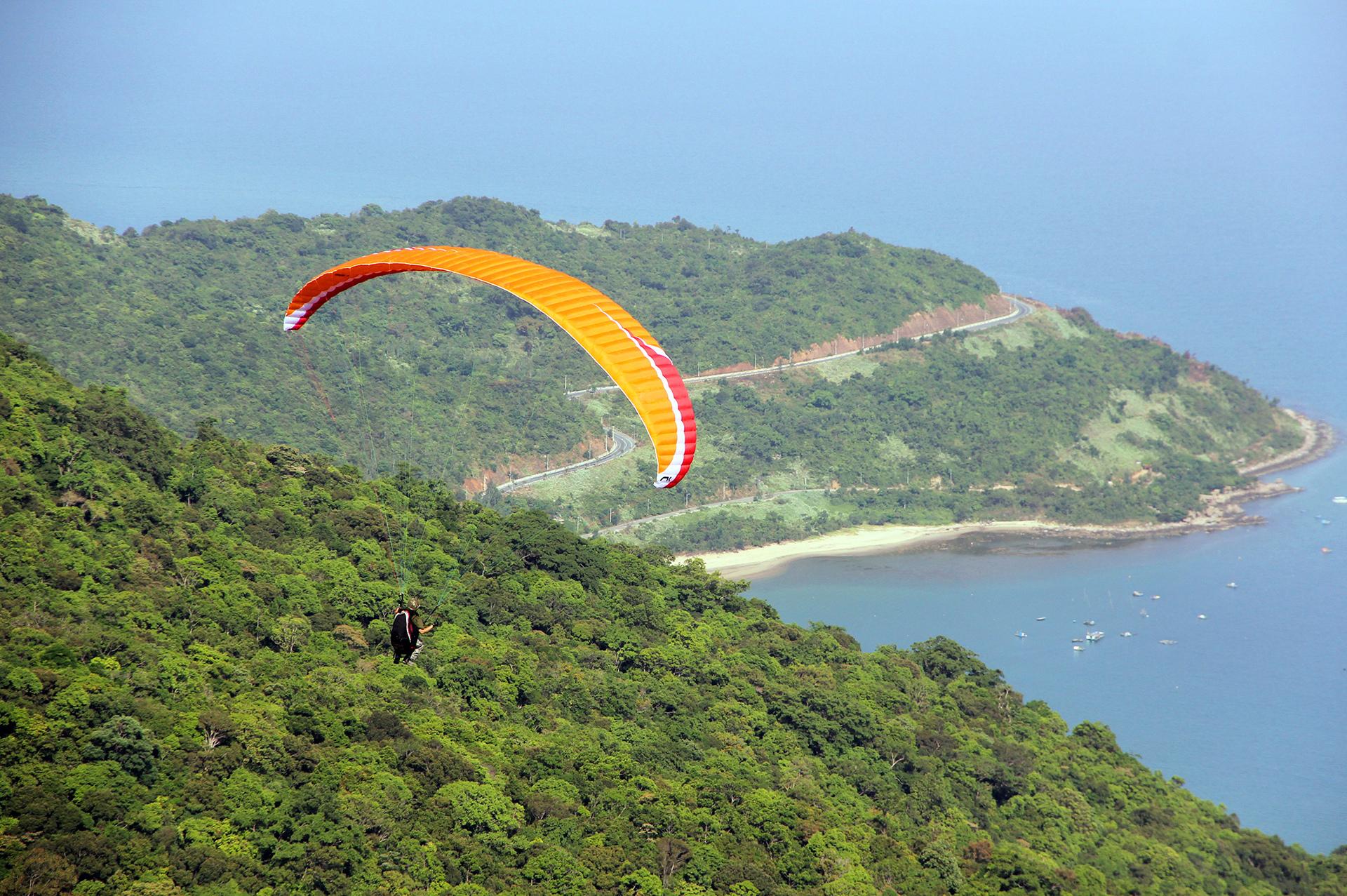 Bay dù lượn ngắm Sơn Trà là hoạt động du lịch thu hút nhiều du khách
