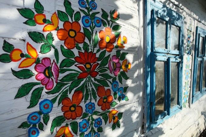 Những bức tranh hoa không bức nào giống bức nào, tất cả đều được vẽ bằng tay, nhiều màu sắc đa dạng.