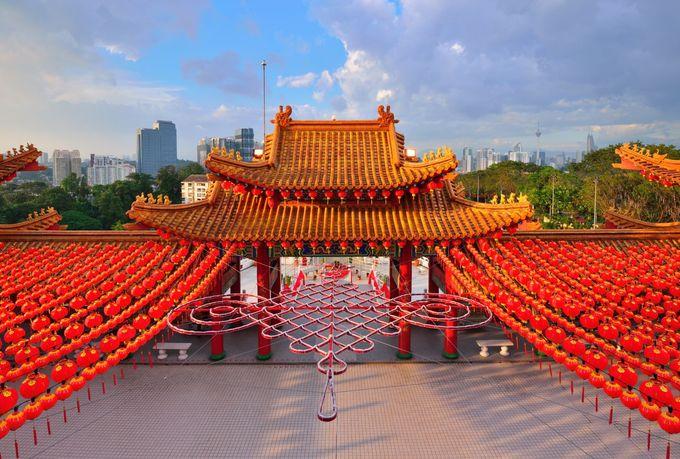 Ngôi chùa là sự kết hợp giữa kỹ thuật xây dựng hiện đại và kiến trúc truyền thống Trung Quốc, bao gồm các yếu tố Phật giáo, Đạo giáo và Nho giáo. Do đó, cổng chính của chùa Thiên Hậu được xây dựng hình vòng cung, nổi bật với những cột trụ sơn đỏ, màu sắc tượng trưng cho may mắn và thịnh vượng. Ảnh: Holidayiq.