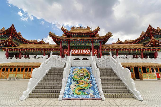 Bước vào sân chùa, du khách có thể chiêm ngưỡng những tác phẩm điêu khắc, tranh mô tả về truyền thuyết nữ thần Mazu hay các truyền thuyết khác của Trung Quốc như 12 cung hoàng đạo, Nguyệt lão. Xung quanh khuôn viên chùa là những khu vườn và ao hồ, nơi thả rùa phóng sinh. Ảnh: Fine Art America.