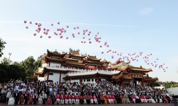 """Có khoảng 5.000 đôi tới đây đăng ký kết hôn mỗi năm, đặc biệt là vào tháng 8 âm lịch và ngày lễ tình nhân Valentine. Vào ngày 9/9/2009, hơn 500 cặp đôi đã tổ chức đám cưới tập thể tại chùa Thiên Hậu. Ở Trung Quốc, số 9 có cách phát âm giống """"vĩnh cửu"""", vì vậy đây là ngày tốt lành để kết hôn. Ảnh: Daniel Blog."""