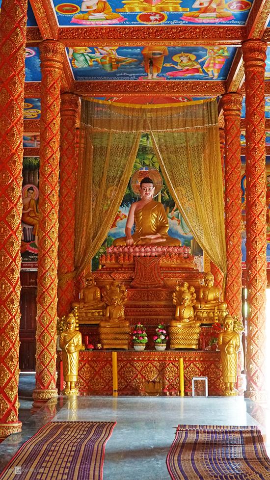 Chùa có một gian chính, đồng thời là chánh điện, trần cao. Tượng Phật Thích Ca ngồi trên đài sen được đặt ở giữa. Trên vách tường đã cũ ghi năm xây chùa là 2421 (Phật lịch, 2019 là năm thứ 2563)