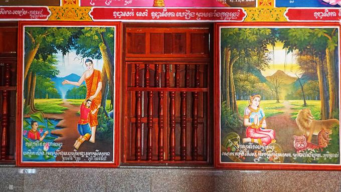 Bên trong chánh điện có những bức phù điêu, hình ảnh Đức Phật Thích Ca.