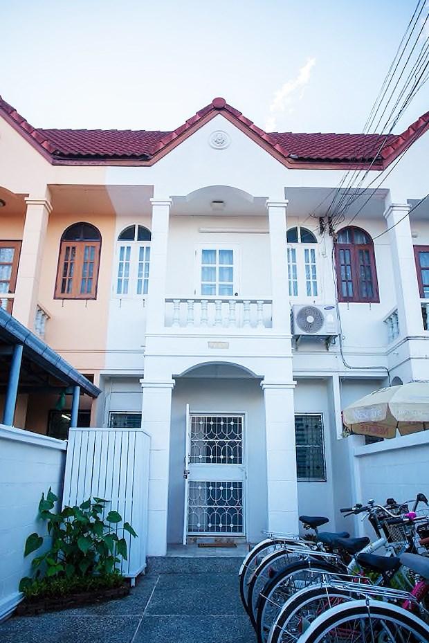 Chiang Mai có đầy đủ loại hình lưu trú với giá cả ở nhiều mức phù hợp túi tiền. Resort thường nằm ở ngoại ô hoặc dọc theo con sông Ping; các homestay, hotel, hostel chủ yếu tập trung ở 2 khu vực Nimman và Old Town. Theo cảm quan của mình thì nếu các bạn thích phong cách trẻ trung hiện đại thì ở Nimman, thích cổ kính truyền thống thì ở Old Town. Tuy nhiên nếu ở Old Town sẽ tiện cho việc đi lại hơn chút, vì các chợ đêm đều nằm quanh khu vực này. Bọn mình ở Nimman thì mỗi lần đi chơi chợ đêm mất khoảng 100 bath khi gọi Grab, bù lại yên tĩnh, sạch sẽ và gần trung tâm thương mại. Lần này đi nhóm đông nên mình quyết định chọn thuê Airbnb theo hình thức nguyên căn cho thoải mái, lại có không gian chung tụ tập. Airbnb mà mình thuê tên là The easy life & bike by A, nằm ở khu Nimman cách trung tâm mua sắm MAYA một quãng đường ngắn, và khá gần sân bay.