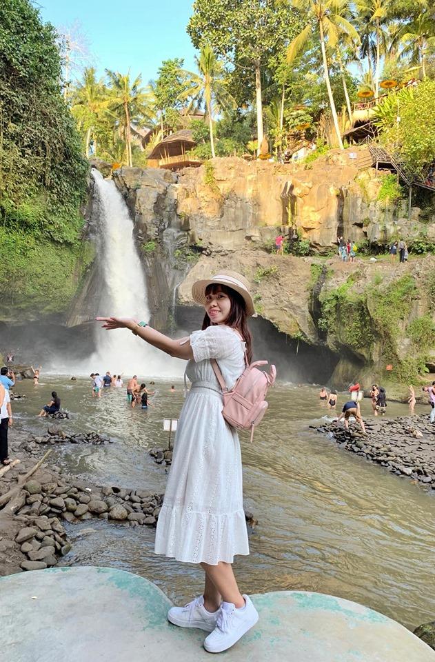 Thác Nhiệt đới Tegenungan. Nằm cách trung tâm Ubud khoảng 1 tiếng về phía Đông Nam, Thác Tegenungan là cái tên đầu tiên trong danh sách các thác nên đến nhất khi đi Bali, phù hợp với chuyến đi nhẹ nhàng, thư giãn cùng gia đình.