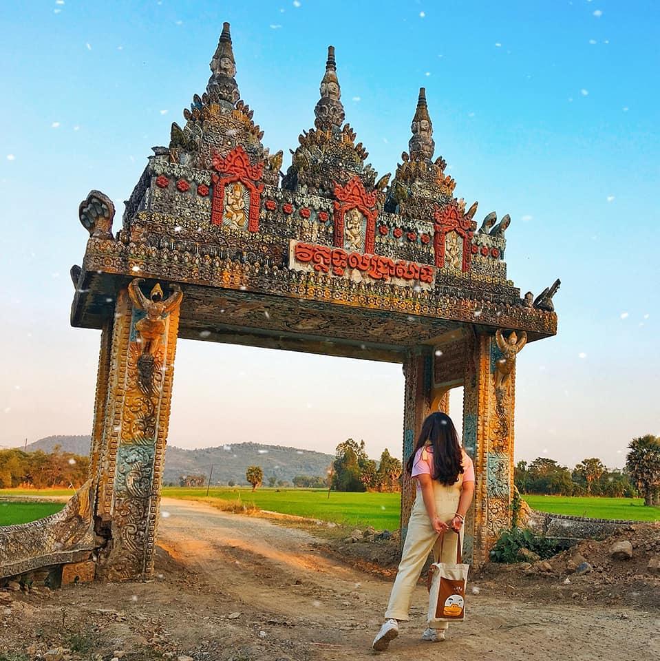 """Cánh cổng trời Tri Tôn chính là cổng của chùa Koh Kas thuộc xã Châu Lăng, huyện Tri Tôn. Các bạn tìm trên gg map với từ khoá """" cổng chùa Hàng Còng"""" hoặc nhập tọa độ 7P26CXXC+63 nha."""