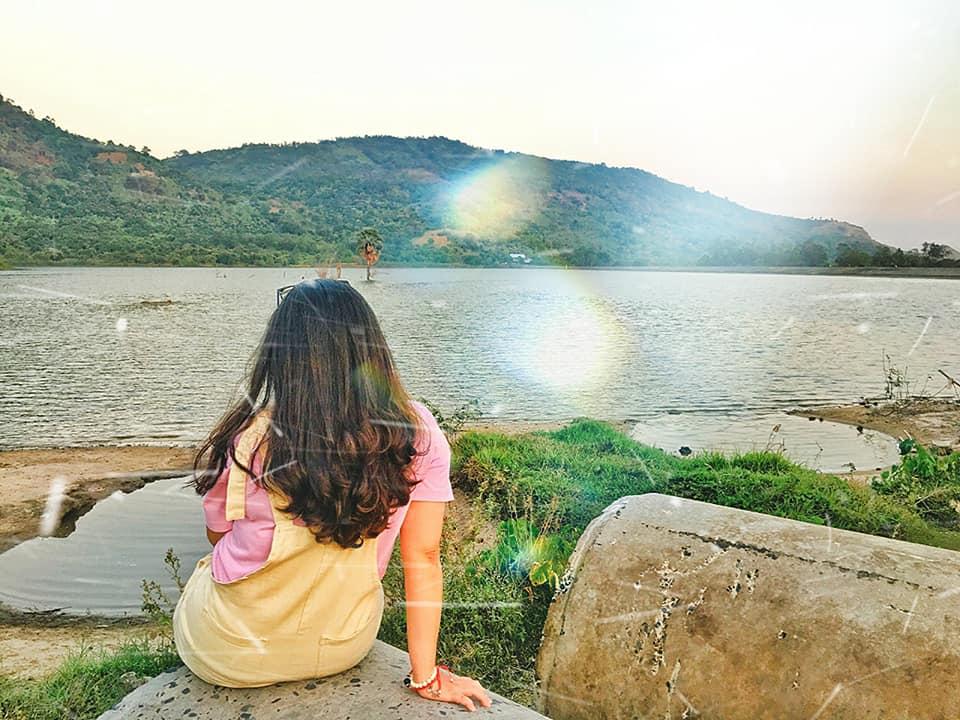 Hồ Ô Tà Sóc thuộc xã Lương Phi, huyện Tri Tôn, nằm ngay dưới chân Núi Dài & khu di tích lịch sử Ô Tà Sóc. Qua khỏi cổng có quán thốt nốt sữa vừa ngon vừa lạ miệng nữa nè.