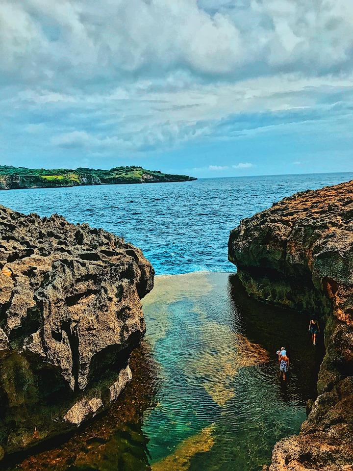 Bể bơi vô cực Angela Billaboong với nền đáy đá sắc lởm chởm và phủ đầy rêu trơn