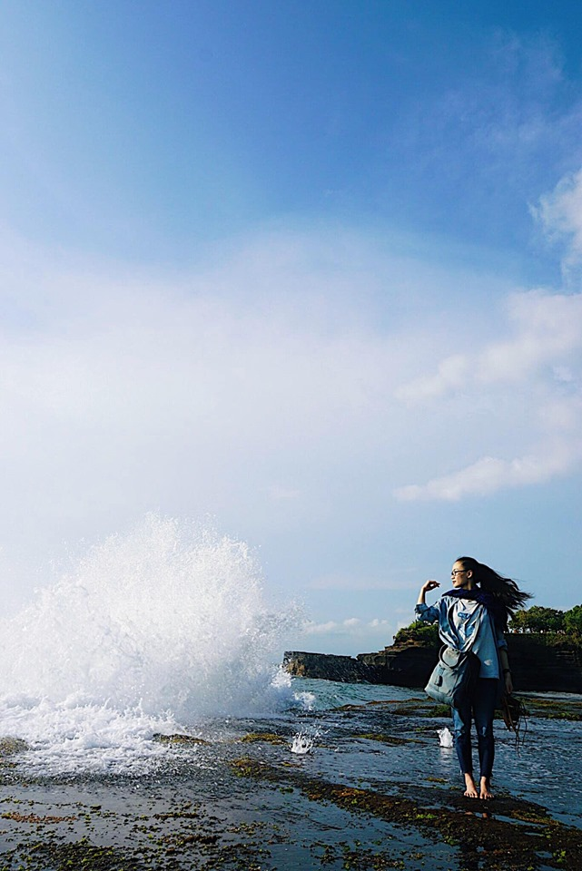Đứng ngắm hoàng hôn kiêm tắm sóng ở thềm đá bên ngoài Tanaloh temple