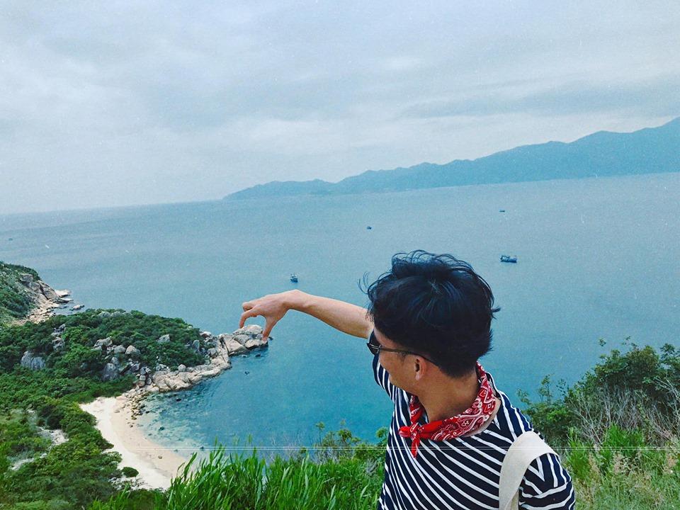 Hòn Rùa trên đảo Bình Ba, nước ở khu vực này trong xanh nhìn thấy đáy, mỗi tội hôm mình đi trời âm u không có nắng nên không tháy màu nước xanh trong