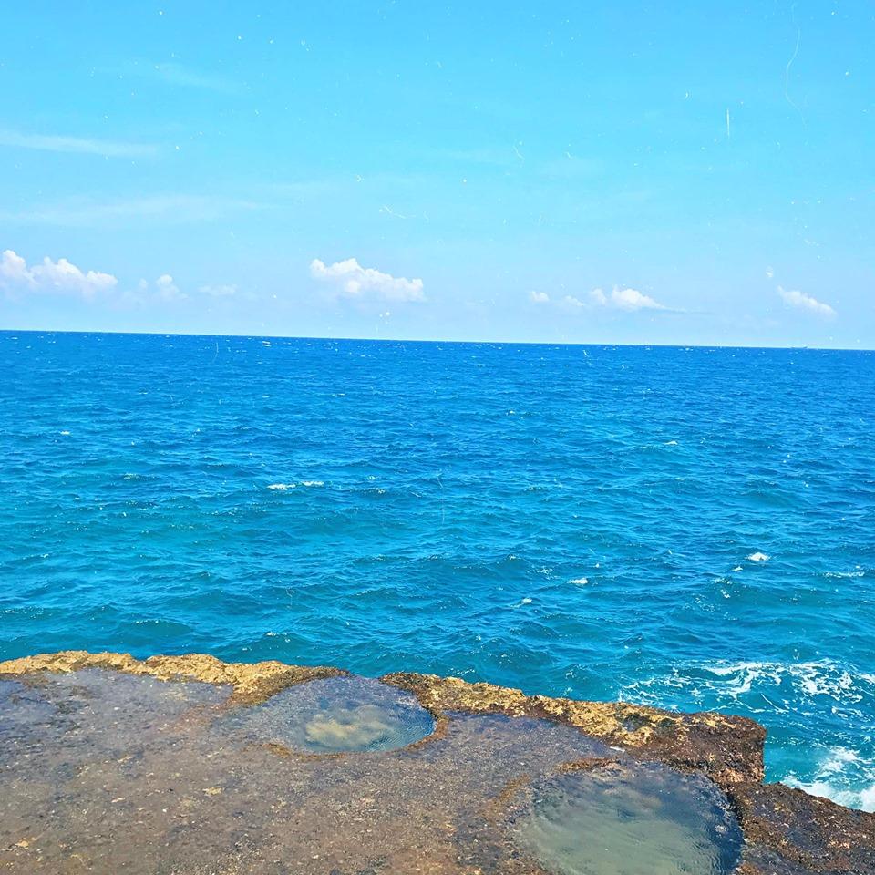 bồn tắm lộ thiên hướng ra biển. Chỗ này nằm ngay bên phải của bãi san hô hóa thạch Hang Rái, tới đây mà đem theo đồ bơi r lội ra nằm mấy bồn ở dưới thêm quả dừa thì chill cực chill