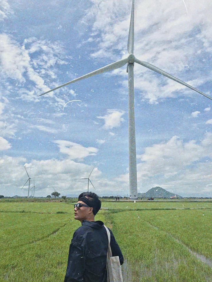 Cánh đồng điện gió Ba Tháp, đi men theo Quốc lộ 1A từ Phan Rang về Nha Trang sẽ thấy ngay 2 bên đường là 2 khu điện gió to hùng vĩ, đứng dưới mấy cây quạt gió này mới cảm thấy bé nhỏ ntn