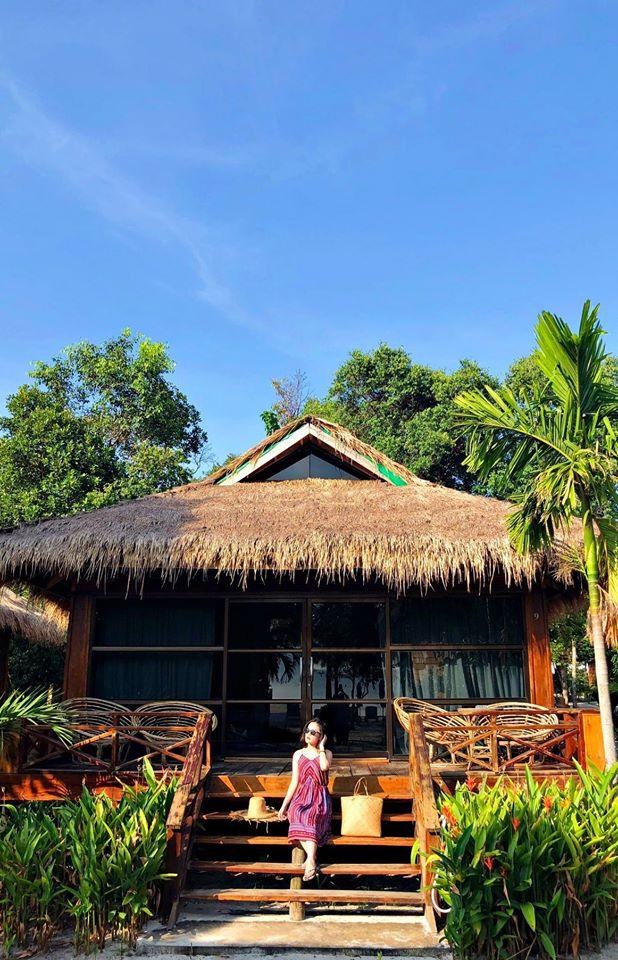 Theone bungalow (2 người)  Căn này view cả biển lẫn vườn, khá ấn tượng (thiết kế 1 giường to ngoài gian khách và 1 gường bé trong gian phụ)