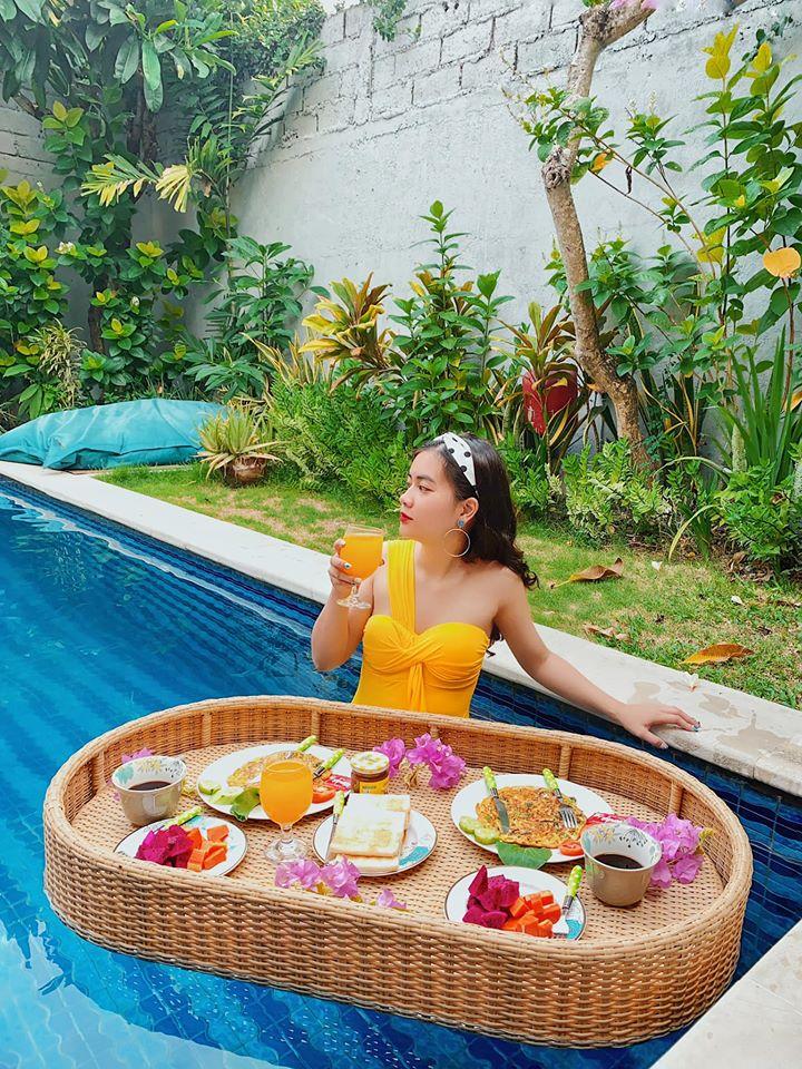 Floating breakfast tại Arli villa, mình chọn món Tây nên ăn khá ngán, trứng chiên nhiều hành 😭😭😭. Mình hẹn trước với chủ nhà muốn ăn sáng vào 7h sáng. 6h45 đã có nhân viên gõ cửa vào bếp làm đồ ăn đến tầm 7h30.