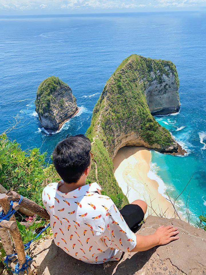Sống lưng khủng long Kelingking Đi Bali nhất định phải đến đây, nước biển xanh ngọc siêu siêu đẹp. Bác tài xế của tụi mình rất hi sinh vì nghệ thuật, leo tận lên cây để chụp ảnh cho tụi mình. Thậy sự rất tuyệt vời.